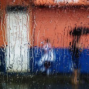 Folk i regnväder.