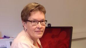 Axxells rektor Lena Johansson vid sitt skrivbord.