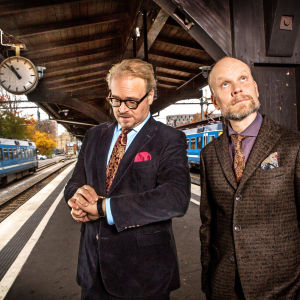 Fredrik Lindström och Kristian Luuk på en tågperrong