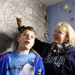 Tiina ja Daniel Turkia kylpyhuoneessaan.