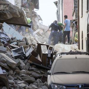 Intensivt räddningsarbete i Amatrice i Italien efter jordbävningen den 24 augusti 2016.