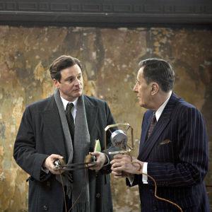 Colin Firth ja Geoffrey Rush elokuvassa Kuninkaan puhe