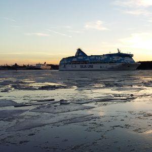 Tallink Siljas Galaxy och Viking Amorella lämnar Åbo hamn en isig vintermorgon i februari.