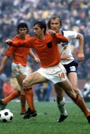 Johan Cruyff med bollen.