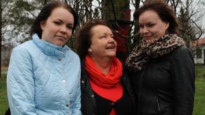 Heddy Norrgård står mitt emellan sina döttrar