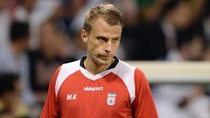 Mikko Kujala följer en match vid sidan av planen.