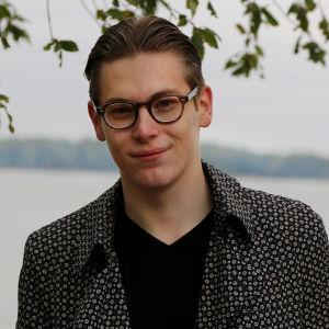 Klaus Mäkelä meren rannalla.
