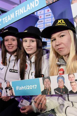 Susanna Forsström, Jenny Rautionaho och Julia Kykkänen poserar inför VM 2017.