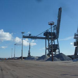 Inkoo Shipping hyr Fortums hamn där det förra kolkraftverket tidigare fanns. Här syns tre av kranarna.