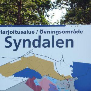Platsbeskrivande skylt över övningsområdet i Syndalen i Hangö.
