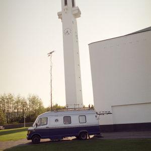 Yleisradion ääniauto Lakeuden Ristin kirkon edessä Seinäjoella 1996