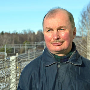 Robert Luther poserar framför järnvägen mellan Helsingfors och Böle.