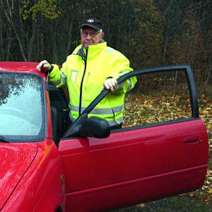 Bengt-Göran Lindqvist i Täkter står vid sin bil.