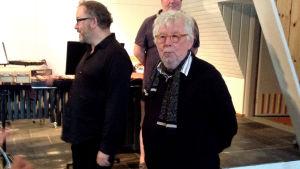 Tyytyväiset pianisti Nicolas Hodges, säveltäjä Sir Harrison Birtwistle (oikealla), konsertin jälkeen 2.7.2015 Viitasaaren kappelissa.