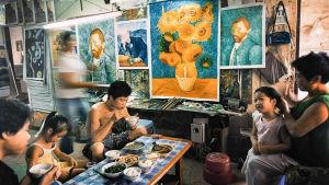 lunch i ateljé i byn Dafen i Shenzhen i Kina där van Goghs konst kopieras