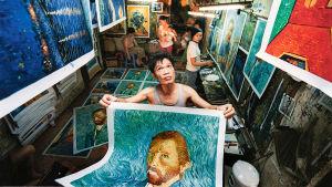 Zhao som kopierar van Gogh visar upp målning i studio i Kina, i Shenzhen