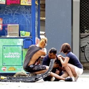 Skadade personer sitter på gatan på La Rambla i centrala Barcelona.