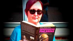 Kaikkea kirjasta -bloggaaja lukee Arto Paasilinnan kirjaa Operaatio Finlandia.