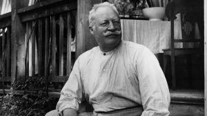 Kuvanveistäjä Ville Vallgren istumassa portailla vuonna 1910.
