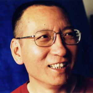 Nobels fredspristagare, den kinesiska människorättskämpen Liu Xiaobo mot en blå bakgrund.