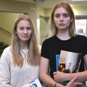 Emmy Wikström och Minerva Larjanko i Tölö Gymnasium.
