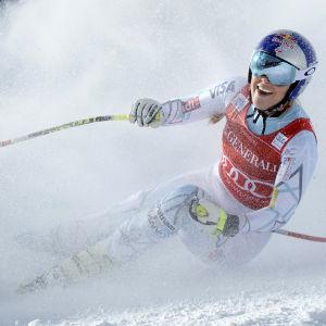 Lindsey Vonn åker så snön yr.