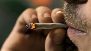 En man röker en hemrullad cigarrett.