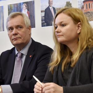Antti Lindtman, Antti Rinne och Krista Kiuru presenterar SDP:s skuggbudget.