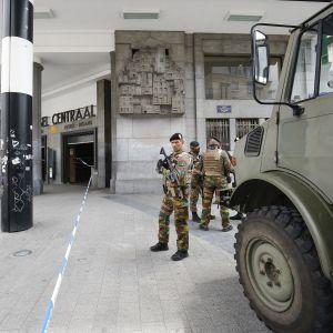 Soldater bevakar Bryssels centralstation efter en explosion.