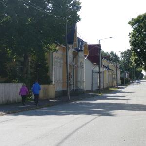 Folk går på gatan i Kaskö.