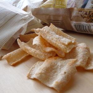 Snacks ligger utspridda på ett bord.