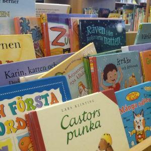 Barnböcker och sagoböcker på biblioteket.