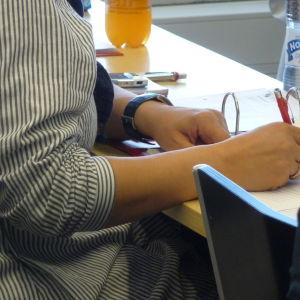 Studerande sitter i föreläsningssal.