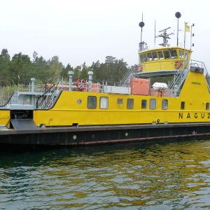 Gula landsvägsfärjan Nagu 2 står i hamnen mellan Korpo och Nagu.
