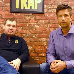 Antti Nordberg och Tommy Westlin sitter i en soffa vid sin arbetsplats.