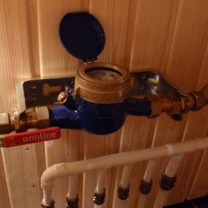 En vattenmätare installerad i en radhuslägenhet.