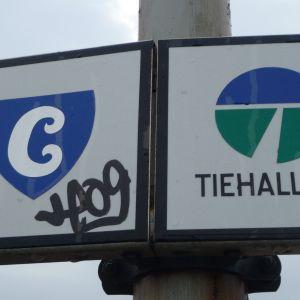 Skylt på Mannerheimgatans bro. Med hjälp av skylten ser man vilken del av bron som är i stans ägo och vilken som är i statens ägo.