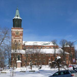 Solen lyser över Domkyrkan, men inte över ekonomin