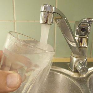 vattenglas under en vattenkran