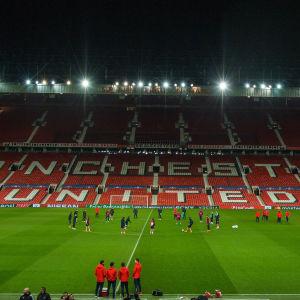 Sevillas trupp tränar på kvällens matcharena Old Trafford i Manchester.