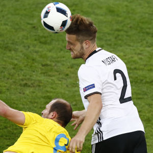 Shkodran Mustafi gör Tysklands första mål i EM-turneringen 2016 i matchen mot Ukraina.