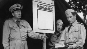Kauko Helovirta, Ilmari Aarre-Ahtio ja Topi Reinikka Lahden kaupunginteatterin näytelmässä Elokuun teehuone, kesäteatteri 1957.