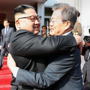 Kim Jong-un kramar Moon Jae-in under det andra toppmötet mellan ledarna.