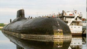 En ubåt i Typhoonklassen i hamn.