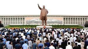 Nordkoreaner lägger blommor vid Kim Il-Sungs staty i Pyongyan 2010.