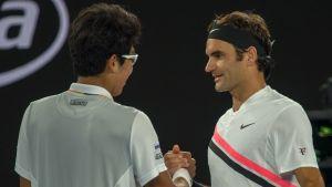 Roger Federer och Chung Hyeon tackar varandra efter matchen.