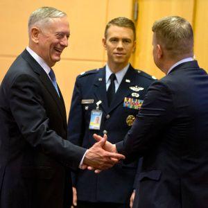 USA:s försvarsminister James Mattis talar med medlemmar  i den amerikanska delegationen inför Natomötet i Bryssel 15.2.2017.
