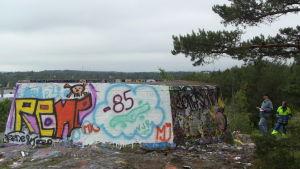 Monan ja Markon tekemä graffiti maalattuna vanhaan ilmatoruntabunkkeriin Turussa.