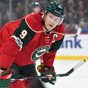 Rödklädde hockeyspelaren Mikko Koivu lutar sig framåt.