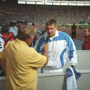 Yleisurheilun MM-kisat 1999 Sevillassa. Yleisradion toimittaja Bror-Erik Wallenius haastattelee keihäänheittäjä Aki Parviaista stadionilla.